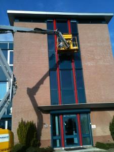 Glasbewassing met hoogwerker Amphenol in Houten